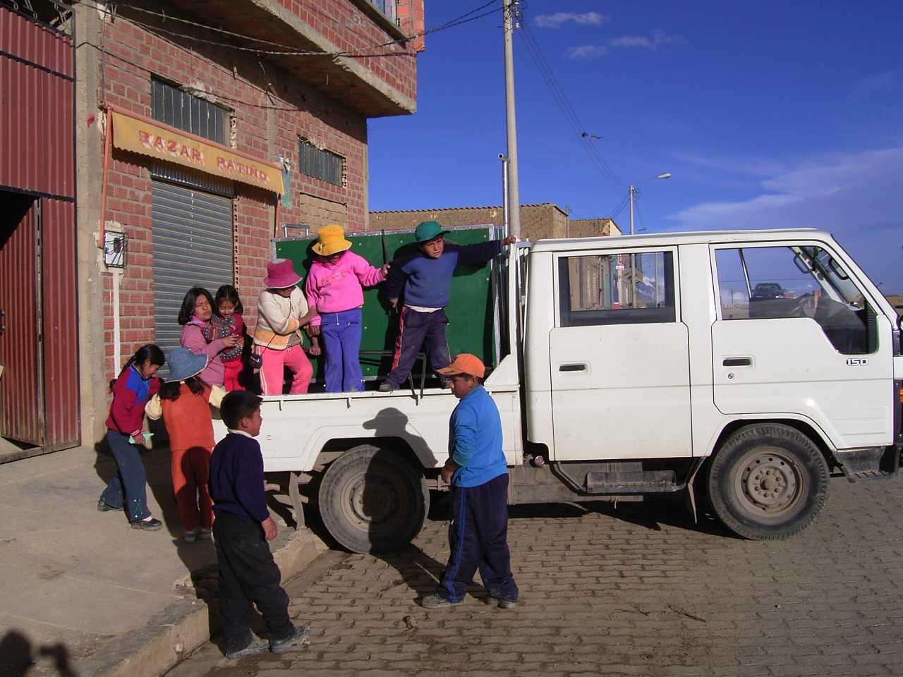 0511_bolivien_la_paz_pr_compa_teatro_trono_unterwegs_mit_der_mobilen_schule