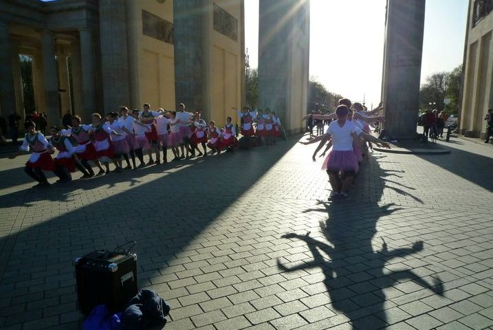 maennerballett_berlin_brandenburger_tor_2011