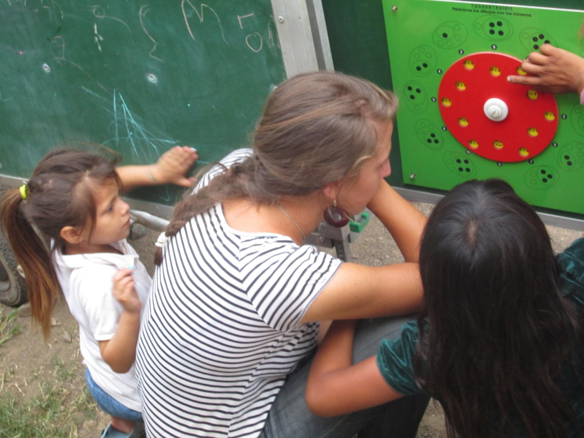 nic_mat_mobile_schule_lara_mit_daniela_beim_spielen_2011
