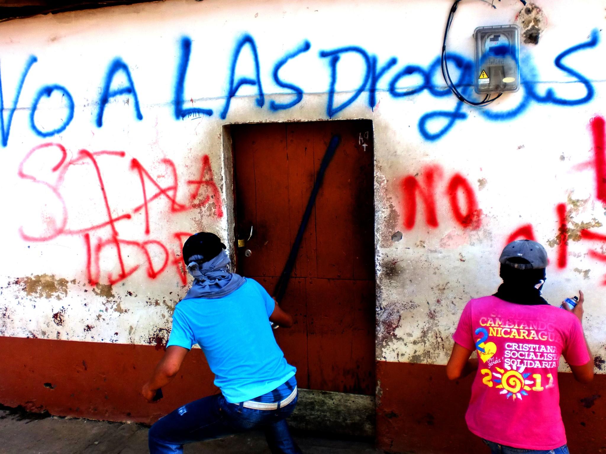 nic_leo_davidhutzler_chavaladas_demo_gegen_drogenkonsum_haeuser_von_dealern_werden_besprueht_201206