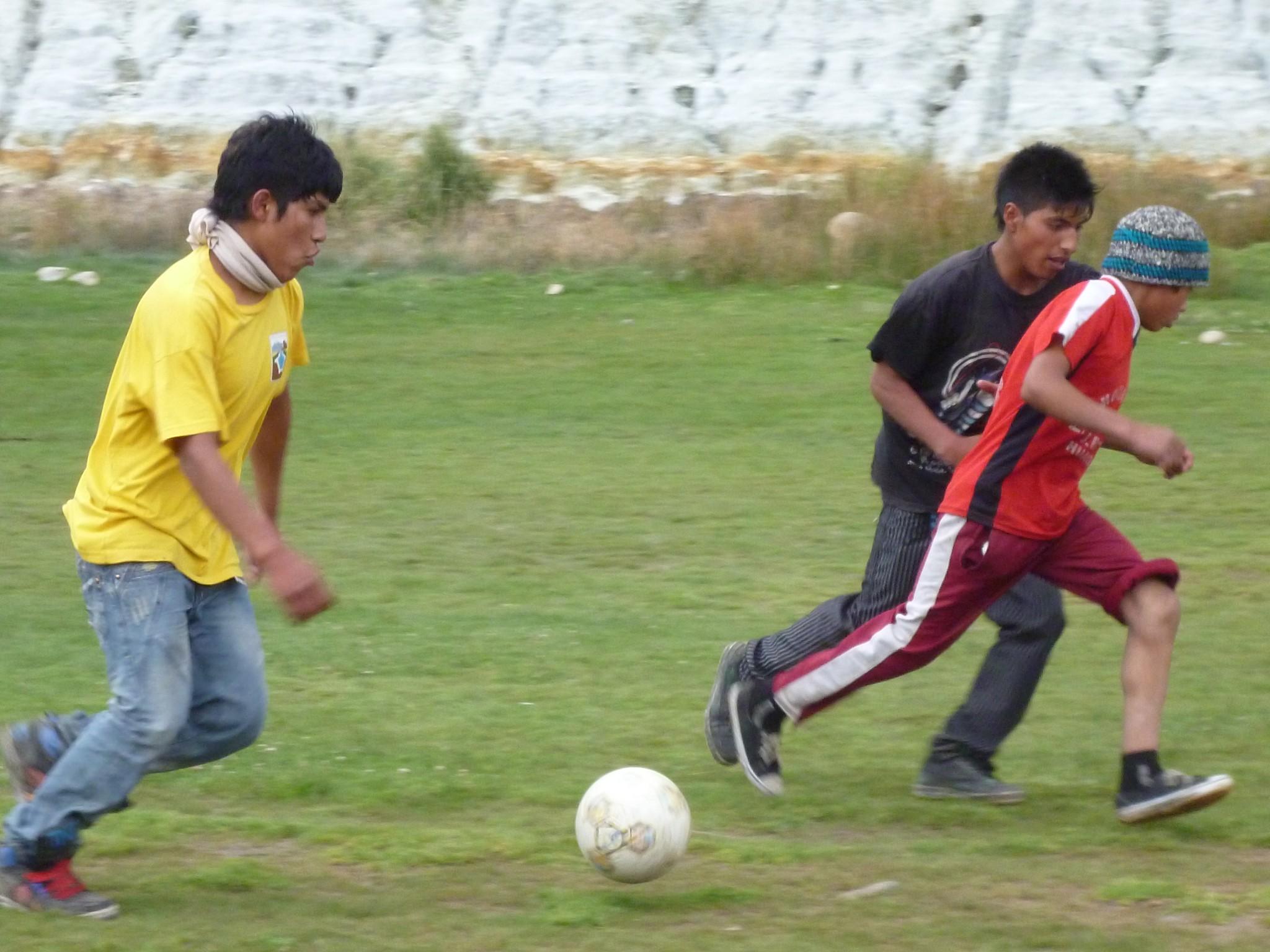 per_hua_manos_paul_saary_fussball
